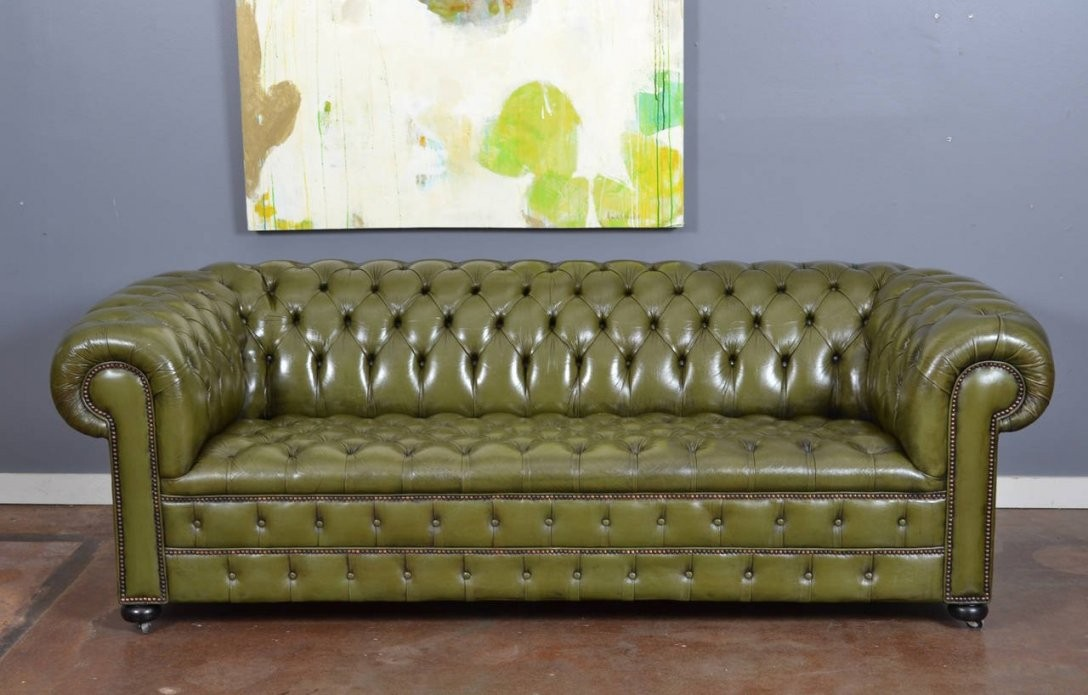 14E142Vintagegreenleatherchesterfieldsofab L Vintage English Olive von Green Leather Chesterfield Sofa Bild
