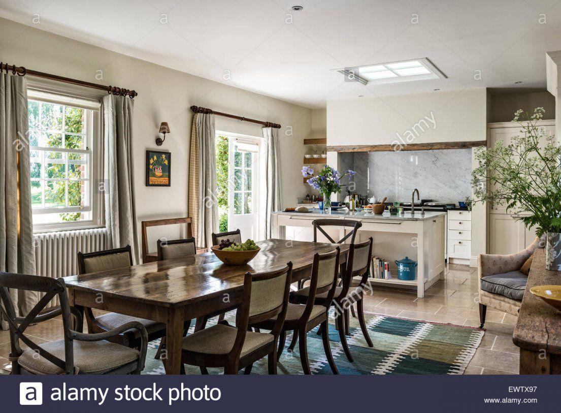 Antiker Esstisch Mit Stühlen In Offene Küche Esszimmer Mit Kalkstein von Antiker Esstisch Mit Stühlen Bild