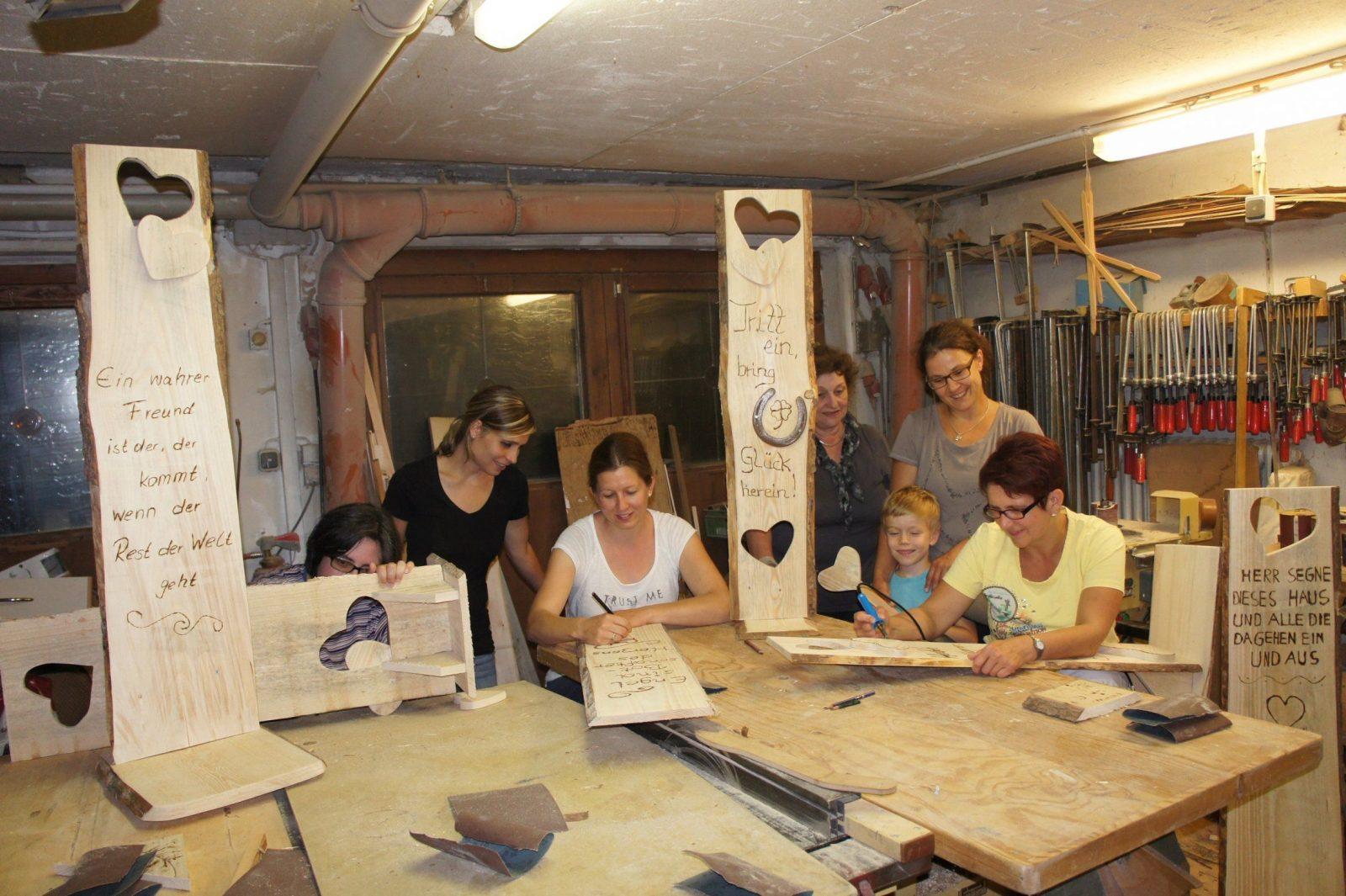 Basteltreff Gestaltete Holzstelen  Frauenbund Wiesent von Holzstelen Für Den Garten Bild