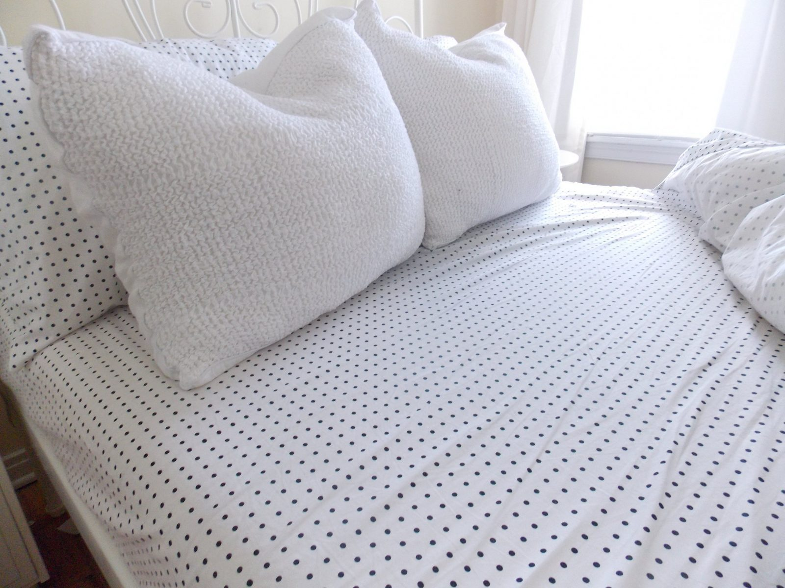 Bed & Bedding Soft White Pillows And White Gray Polka Dot Sheets On von Polka Dotted Bed Sheets Bild