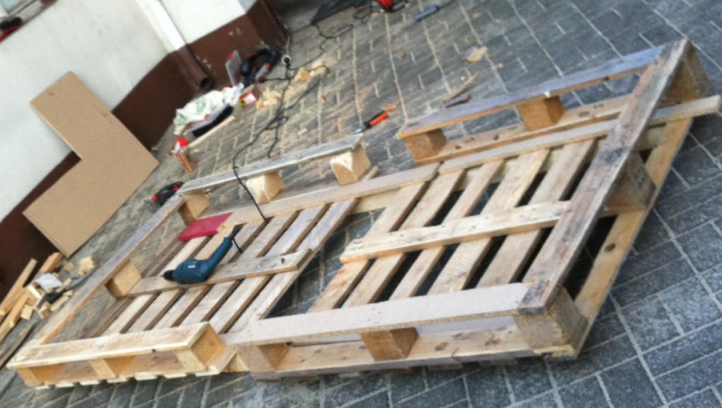 Bett Aus Europaletten Einfache Variante  Palettenbett Und von Bett Aus Paletten Bauen 180X200 Bild