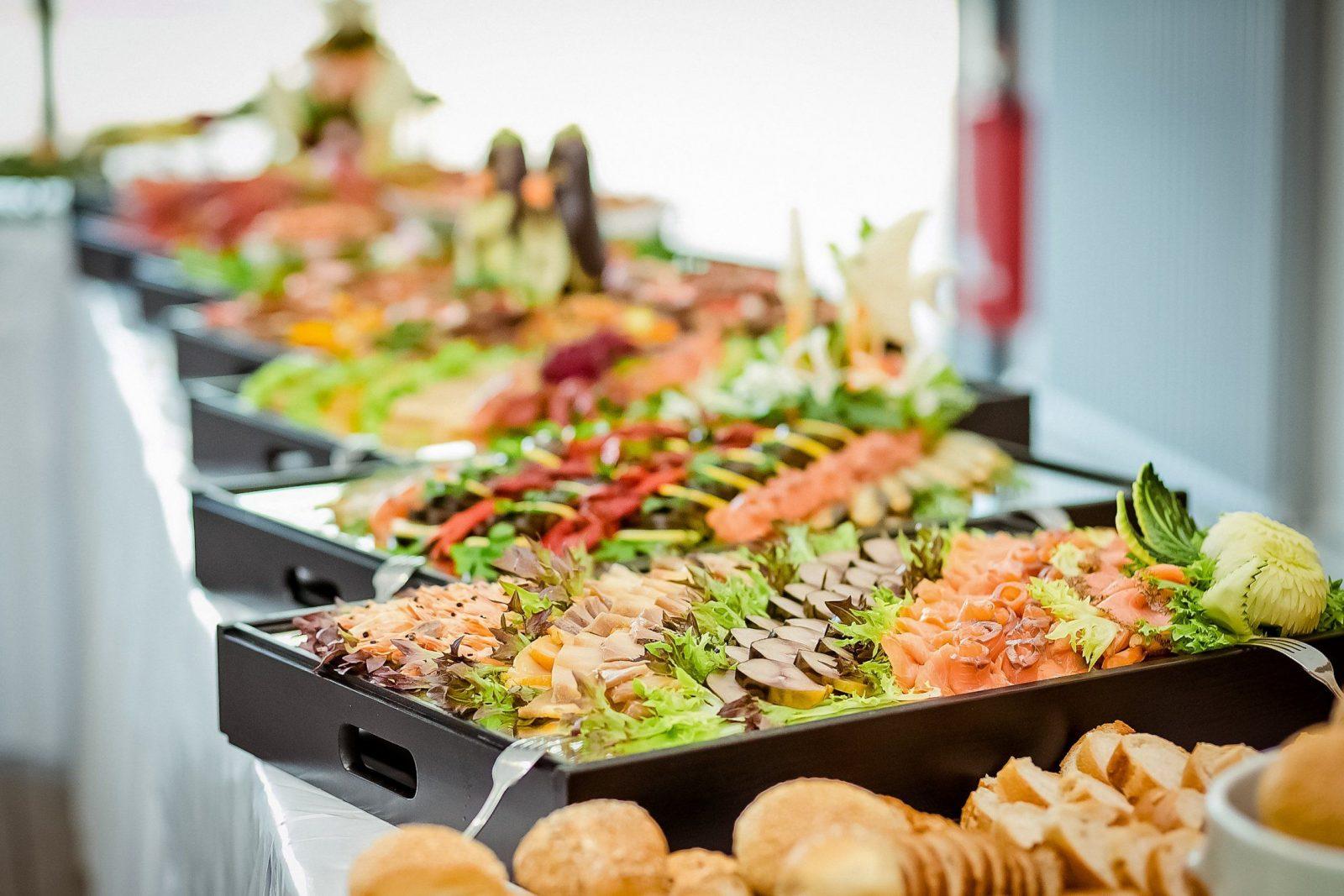 Buffet Dekorieren  10 Ideen Vorgestellt  Haushaltstipps von Bestecktaschen Falten Für Buffet Bild