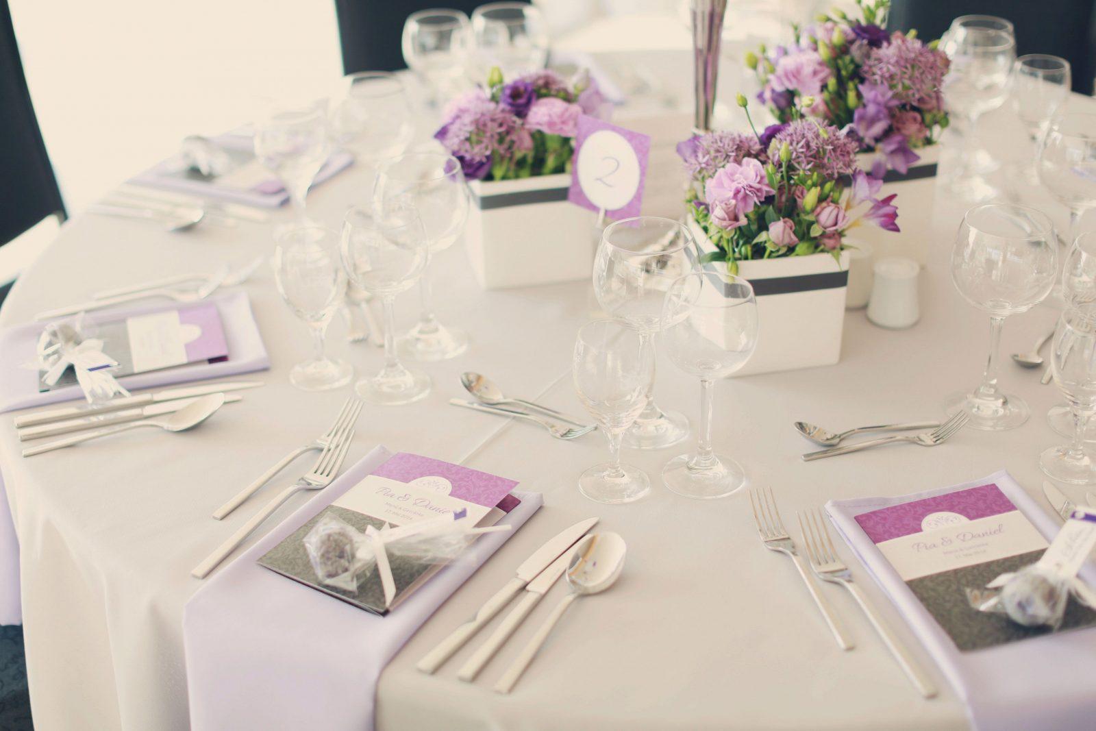 Dahlmannfloristikhellbrautbraeutigamengberscateringatriumin von Tischdeko Hochzeit Lila Weiß Bild
