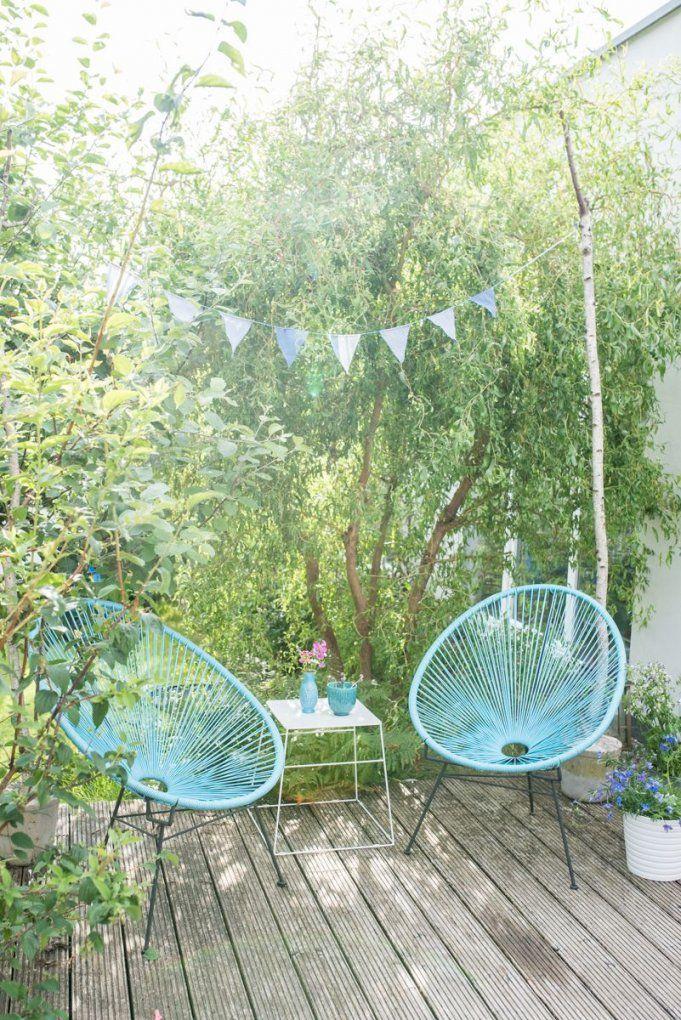 Deko Im Garten Mit Acapulco Chairs Wimpelgirlande Und Kleiner von Kleine Sitzecke Im Garten Photo