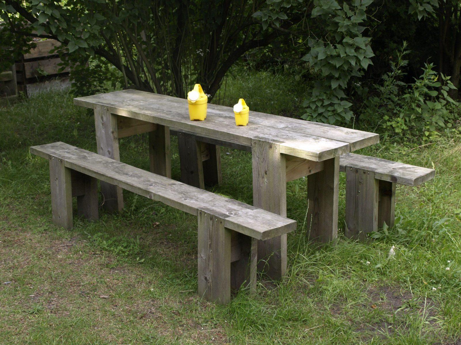 Der Gartentisch Und Die Gartenbank Sind Robust Und Billig  Bohlen von Holz Gartenbank Selber Bauen Photo