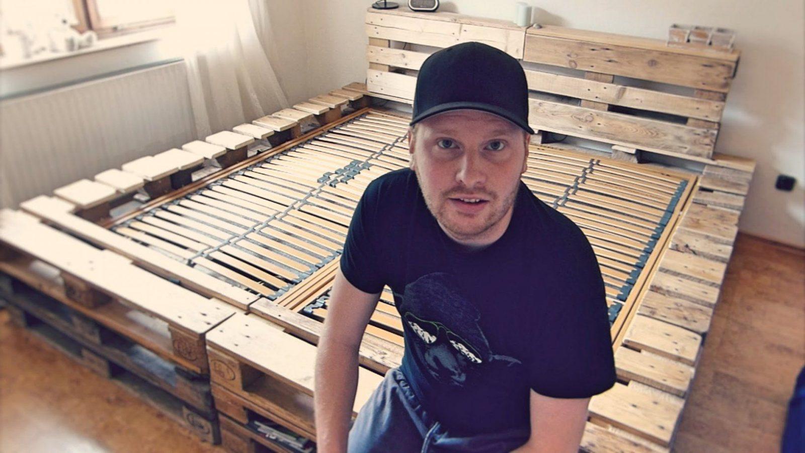 Doppelbett Selber Bauen (Aus Europaletten)  Youtube von Bett Aus Paletten Bauen 180X200 Bild
