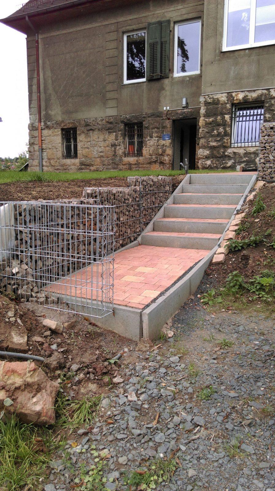 Eine Pflastersteintreppe Wird In Den Hang Zum Parkplatz Gebaut von Treppe Am Hang Bauen Photo