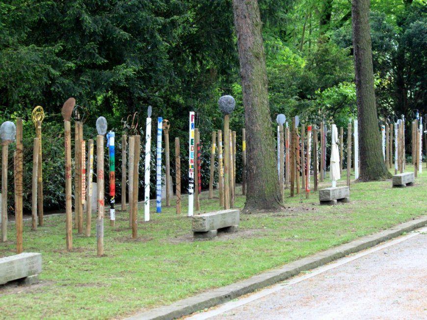 Erinnerungskultur von Holzstelen Für Den Garten Bild