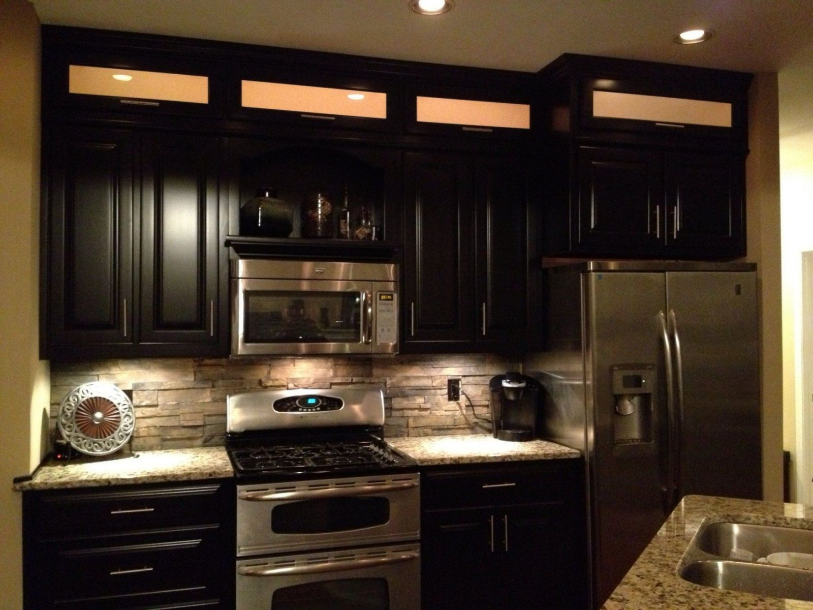 Espresso Cabinets Light Granite & Stacked Rock Backsplash With In von Backsplash For Espresso Cabinets Bild