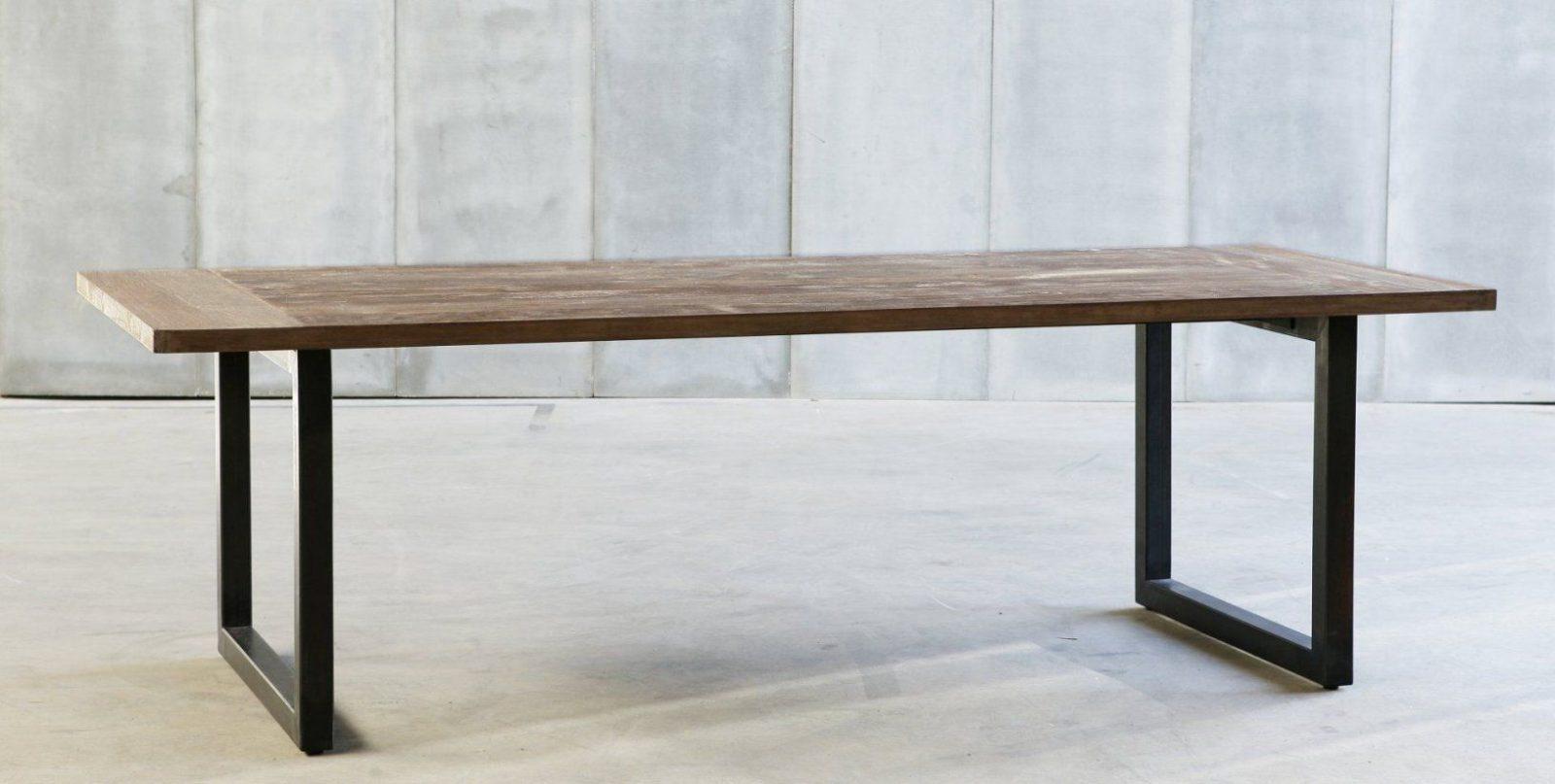 Esstisch Metallgestell Holzplatte  Opstartbaan von Tisch Mit Metallgestell Und Holzplatte Photo