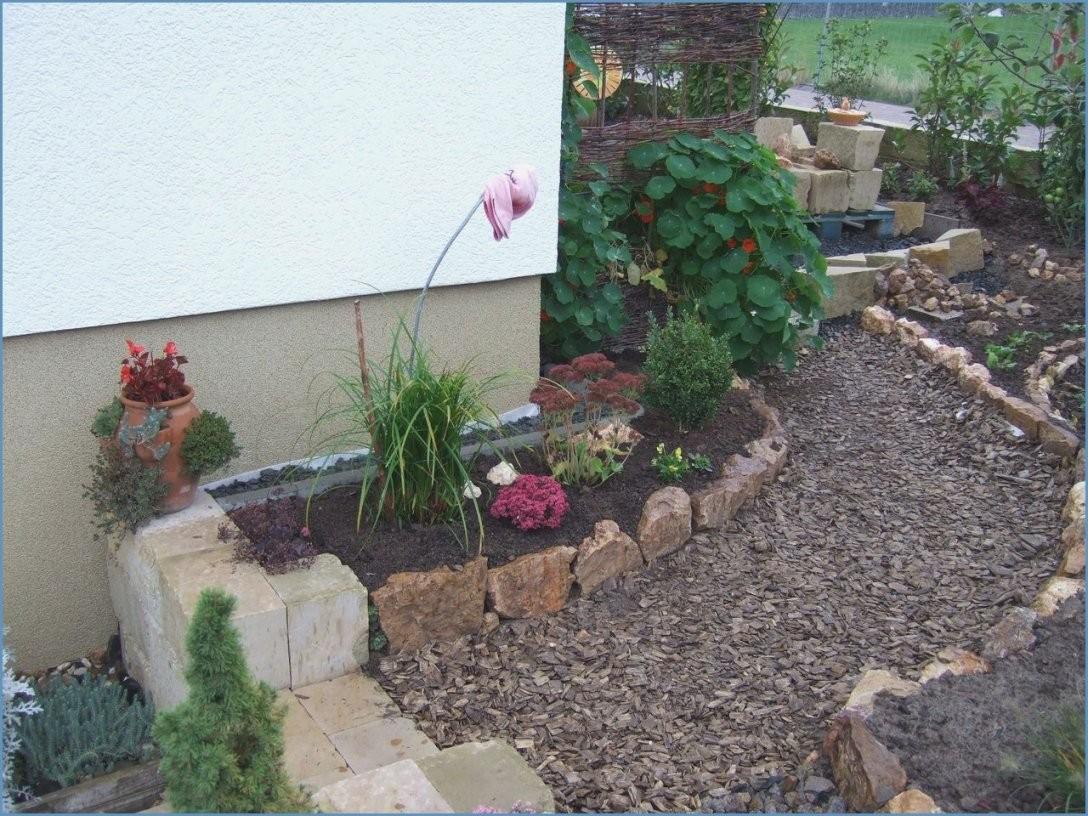Gartengestaltung Mit Steinen Und Rindenmulch Am Hang Ist Oberteil von Gartengestaltung Mit Rindenmulch Und Steinen Photo