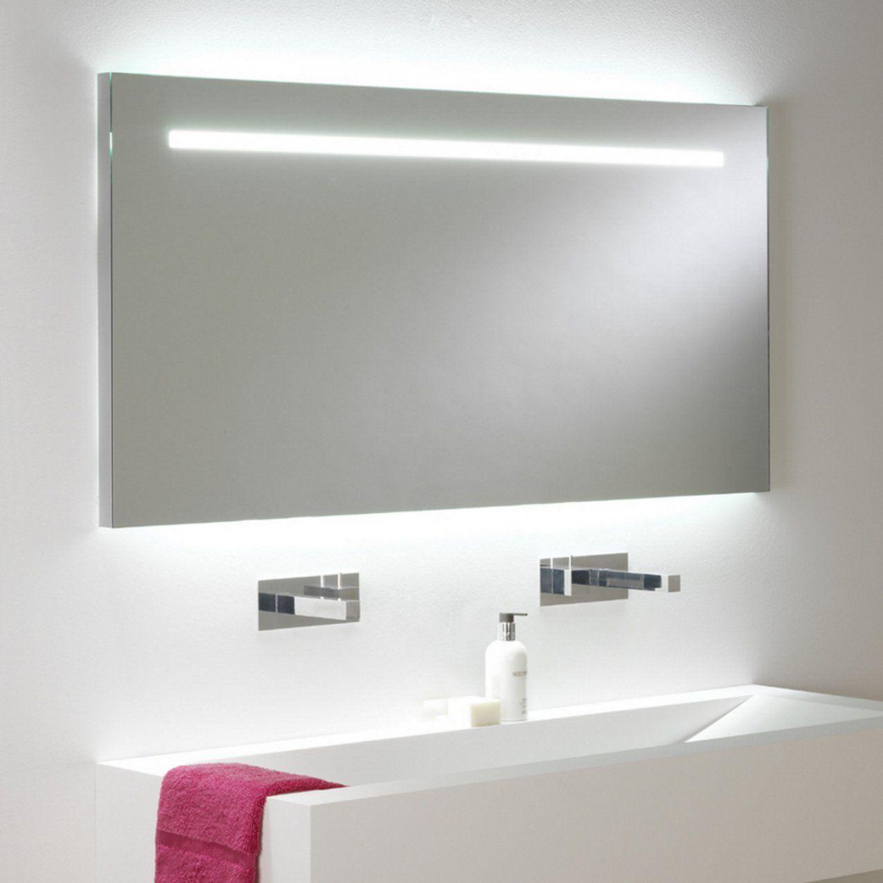 Großer Eindrucksvoller Badspiegel Mit Beleuchtung Und Zugschalter von Badspiegel Mit Beleuchtung Und Steckdose Bild