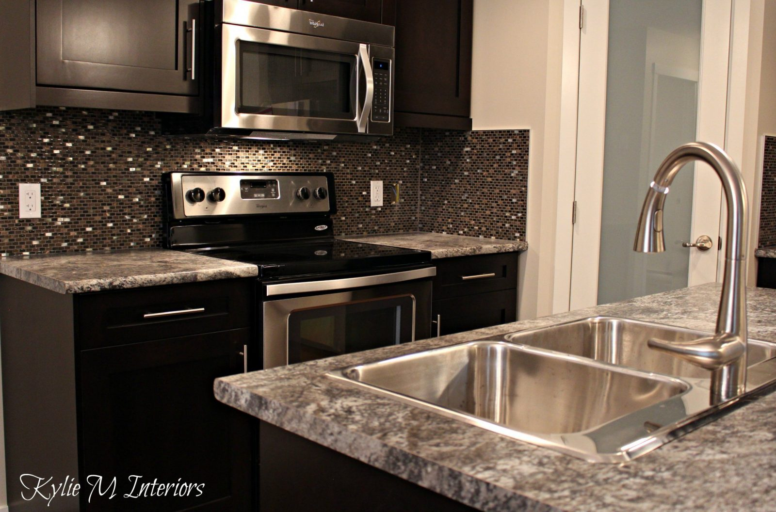Harold Pionite Laminate Countertop With Glass Mosaic Backsplash von Backsplash For Espresso Cabinets Photo