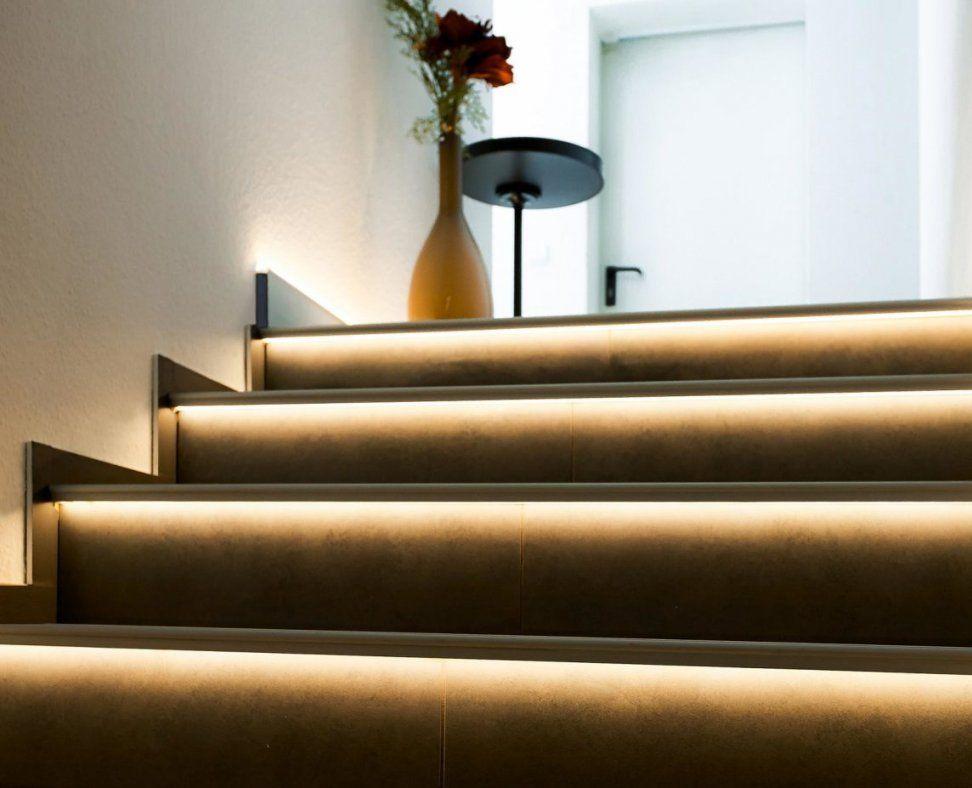 Indirekte Treppenbeleuchtung Per Leds Im Stufenprofil von Treppenbeleuchtung Led Mit Bewegungsmelder Bild