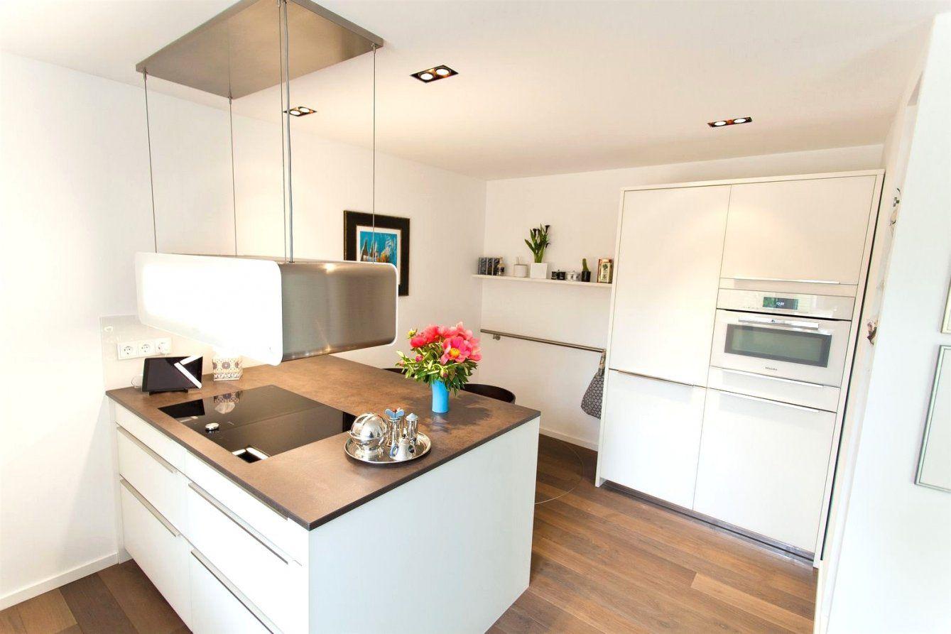 Küche Mit Kochinsel Und Tisch  Kochkor von Küche Mit Kochinsel Und Tisch Photo