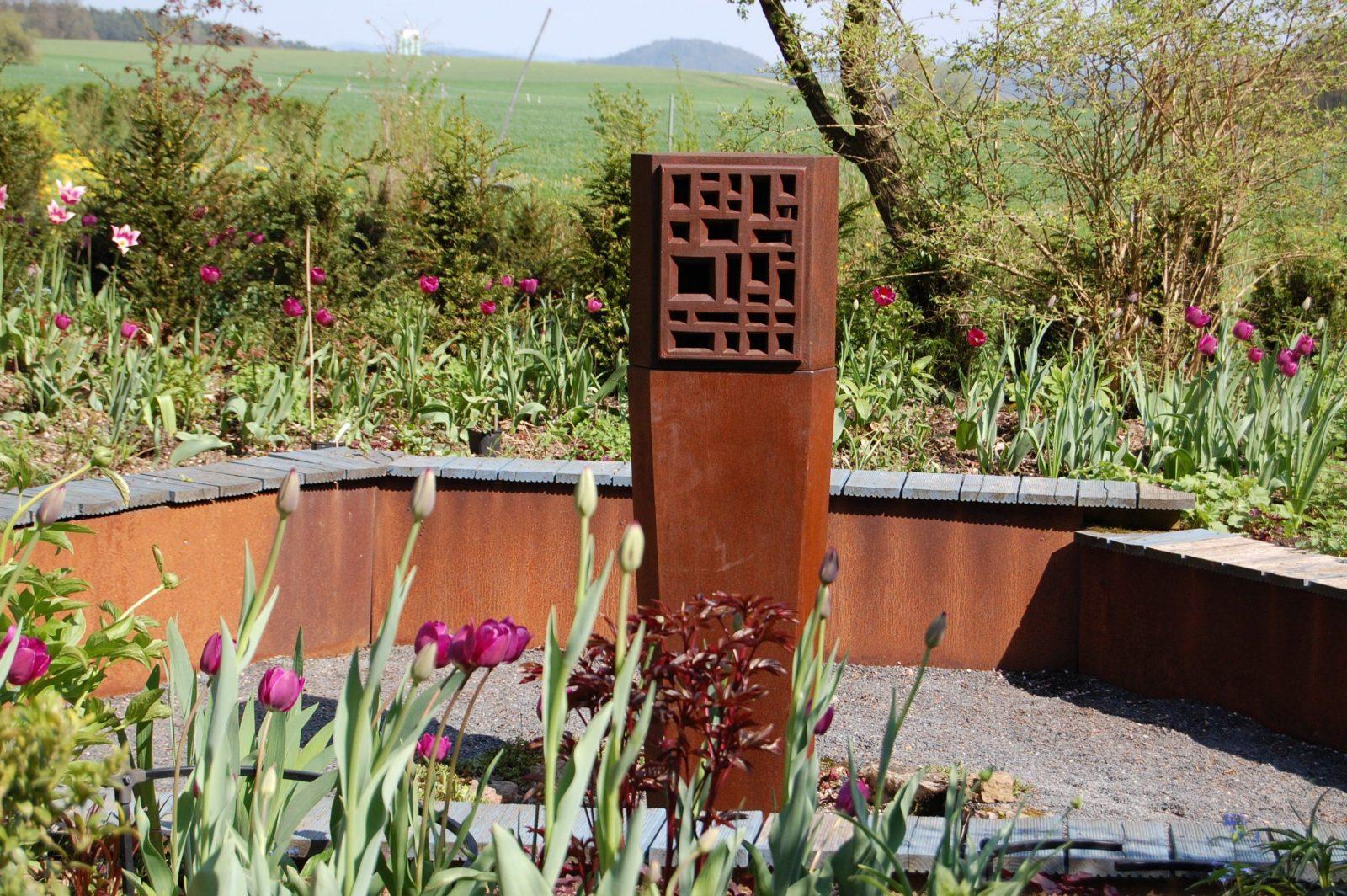 Kunst Im Garten Dialog Aus Metall Und Textil  Heidi Höhn von Skulpturen Aus Metall Für Den Garten Bild