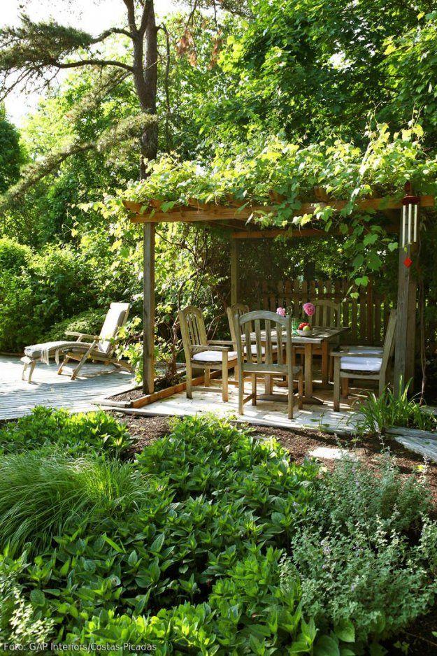 Natürlicher Garten Mit Überdachter Sitzecke  Überdenken Sitzecke von Kleine Sitzecke Im Garten Bild