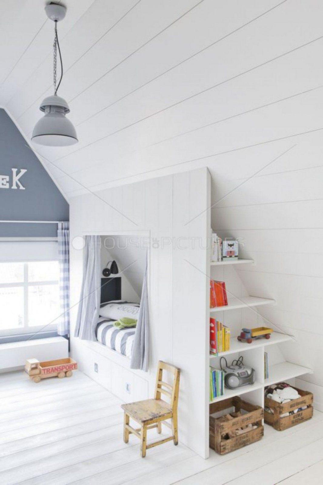 Schönes Helles Kinderzimmer Mit Dachschräge Tolle Idee Für Eine von Kleines Kinderzimmer Mit Dachschräge Bild