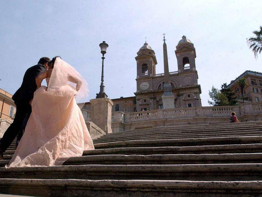 Sehenswürdigkeiten Nach Restaurierung Streit Um Gitter Vor von Spanische Treppe Rom Gesperrt Bild