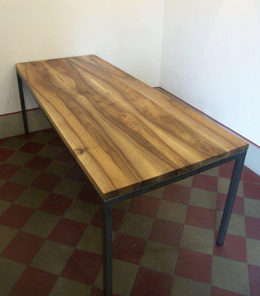 Tisch Mit Metallgestell von Tisch Mit Metallgestell Und Holzplatte Photo