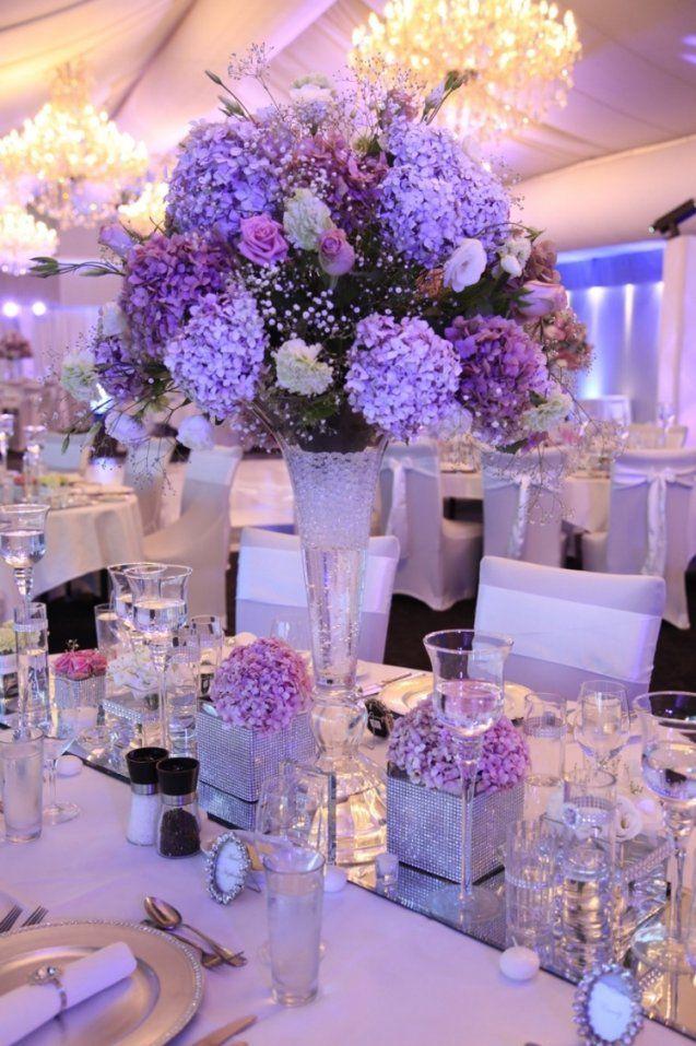 Tischdeko Mit Hortensien  Edle Hochzeitsdeko Mit Blumen von Tischdeko Hochzeit Lila Weiß Bild