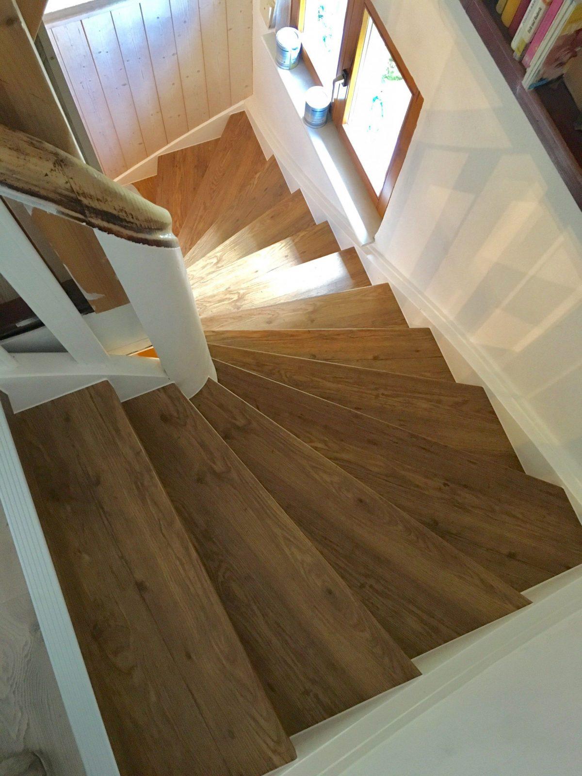 Treppe Neu Verkleiden Mit Vinylstufen  Alte Treppe Neu Gestalten von Alte Treppe Neu Gestalten Photo