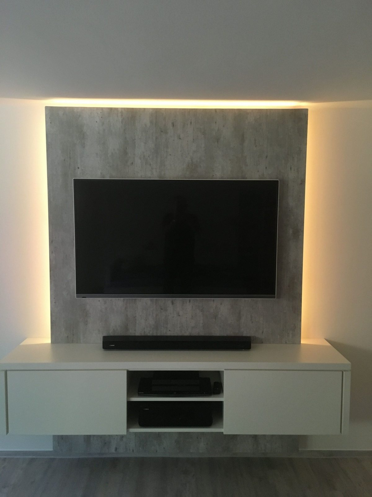 Tvwand In Gelungener Kombination Angesagte Betonoptik Und Vanille von Wand Hinter Fernseher Gestalten Bild