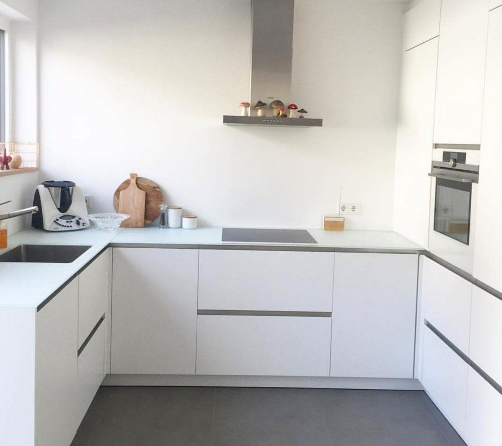 Weiße Minimalistische Küchen  Tolle Fotos Und Inspirationen von Weiße Küche Mit Weißer Arbeitsplatte Photo