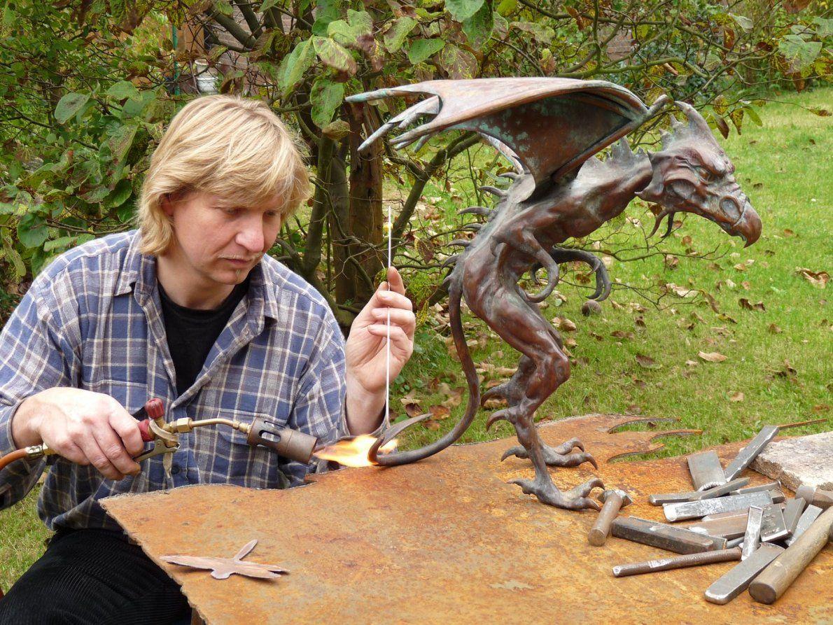 Wie Kaltes Metall Wärme Und Lebendigkeit Vermittelt  Flachsmarkt von Skulpturen Aus Metall Für Den Garten Bild