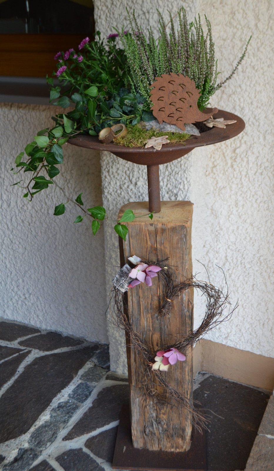 Altholz Alter Holzbalken Mit Edelrost Schale Herbstlich Dekoriert von Basteln Mit Alten Holzbalken Bild