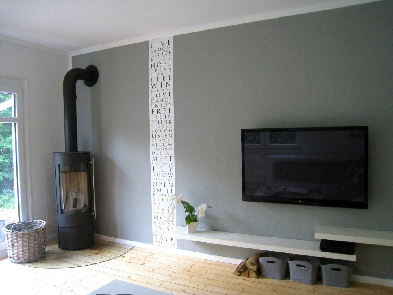 Wohnzimmer Mit Dachschräge Und Interessante Wandgestaltung von ...