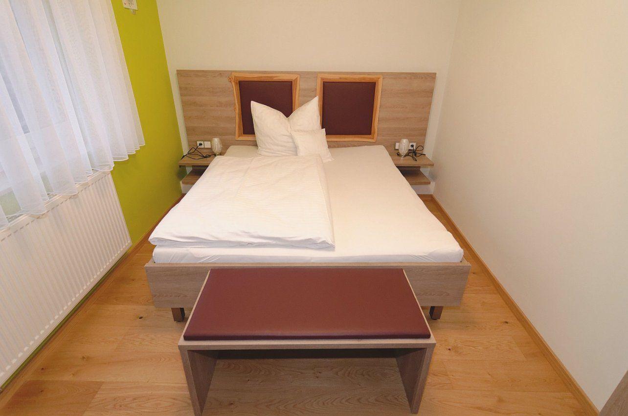 Apfel  Doppelzimmer Im Rothweinhotel von Hocker Vor Dem Bett Bild