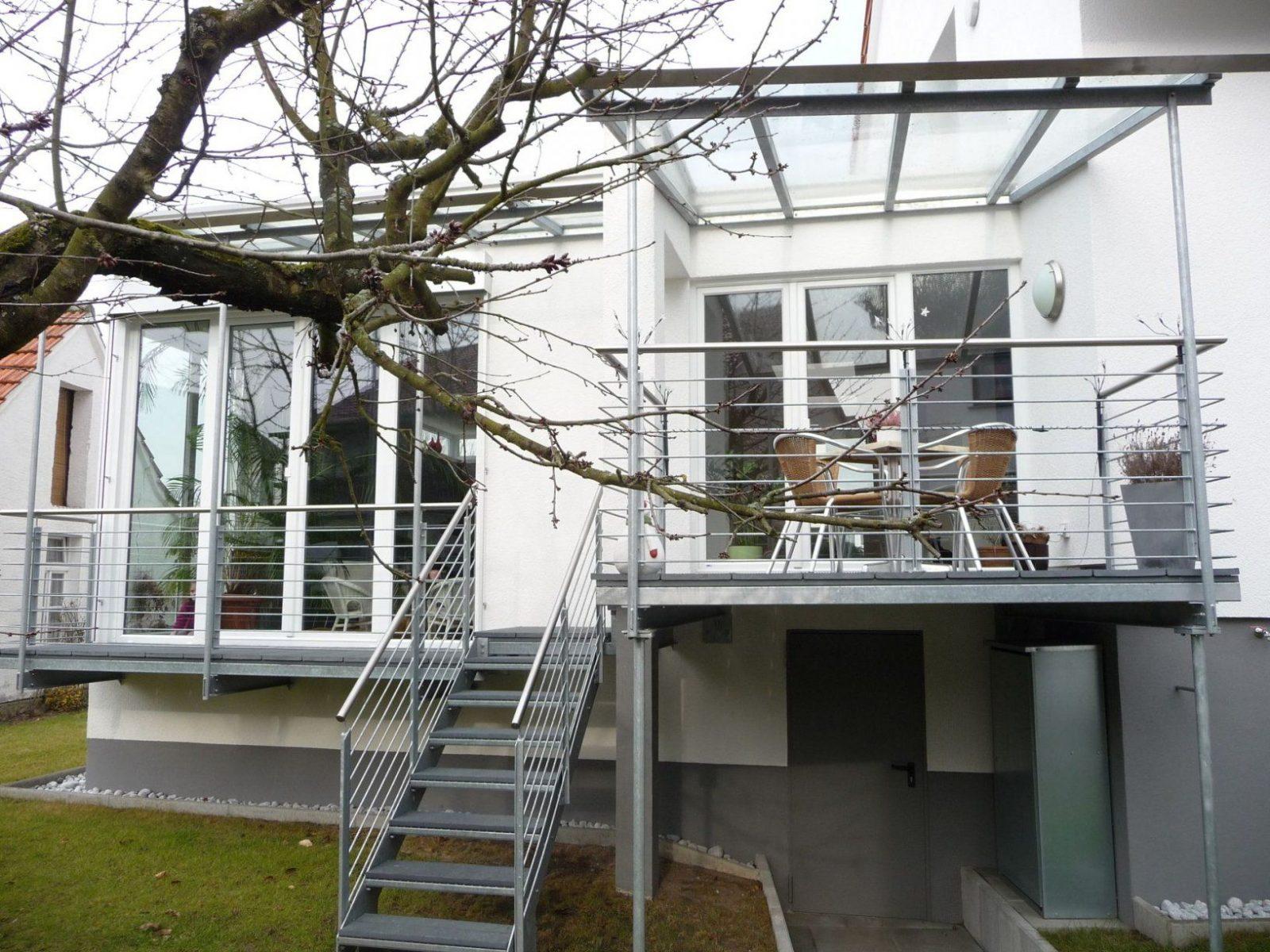 Balkonterrasse Mit Treppe In Den Garten  Bauemotion von Treppe Vom Balkon In Den Garten Photo