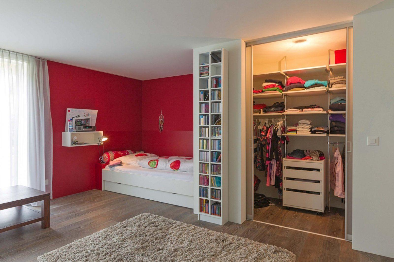 Begehbarer Kleiderschrank Mit Innenlicht Im Mädchenzimmer  Auf&zu von Jugendzimmer Mit Begehbarem Schrank Bild