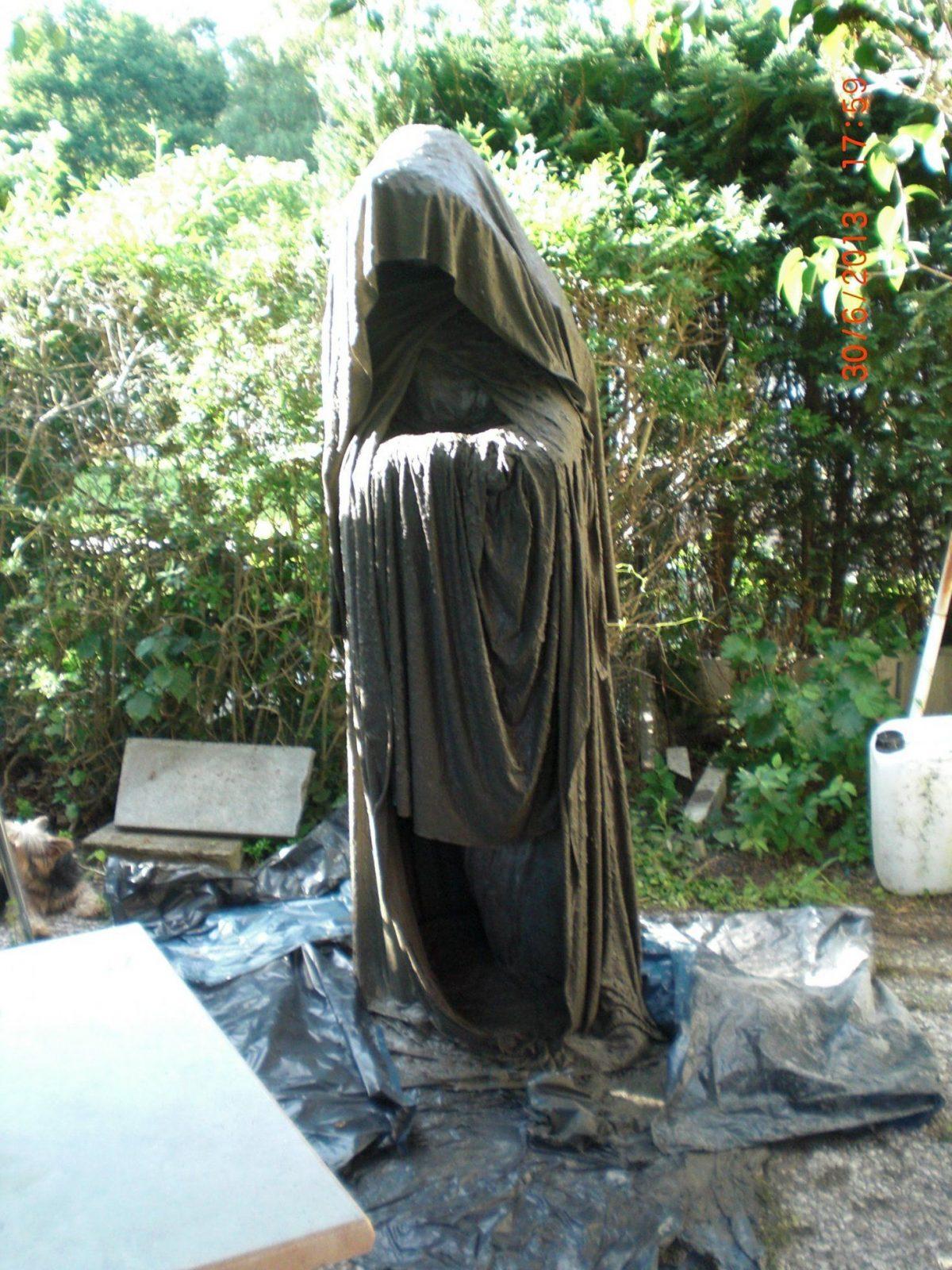 beton giessen diy anleitung w chter aus betongetr nkten von skulpturen f r den garten selber. Black Bedroom Furniture Sets. Home Design Ideas