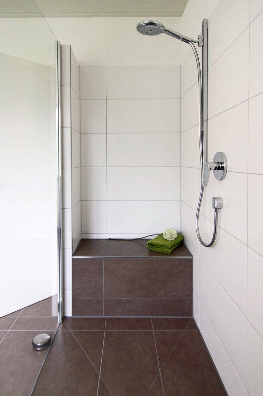 Begehbare dusche graue fliesen in betonoptik geflieste sitzbank von begehbare dusche mit - Dusche mit sitzbank ...
