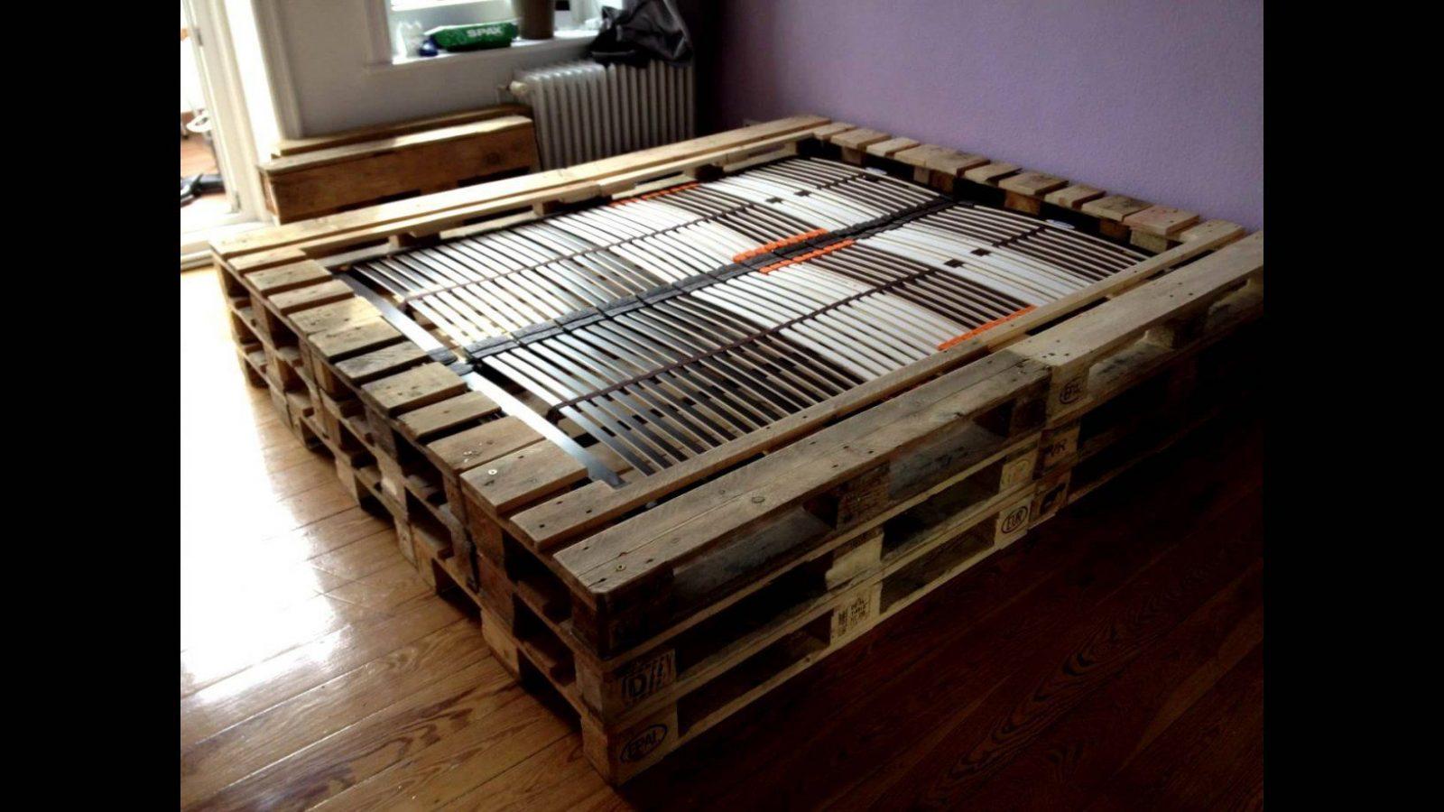 Doppelbett Aus Europaletten  Youtube von Bett Selber Bauen Bierkästen Bild
