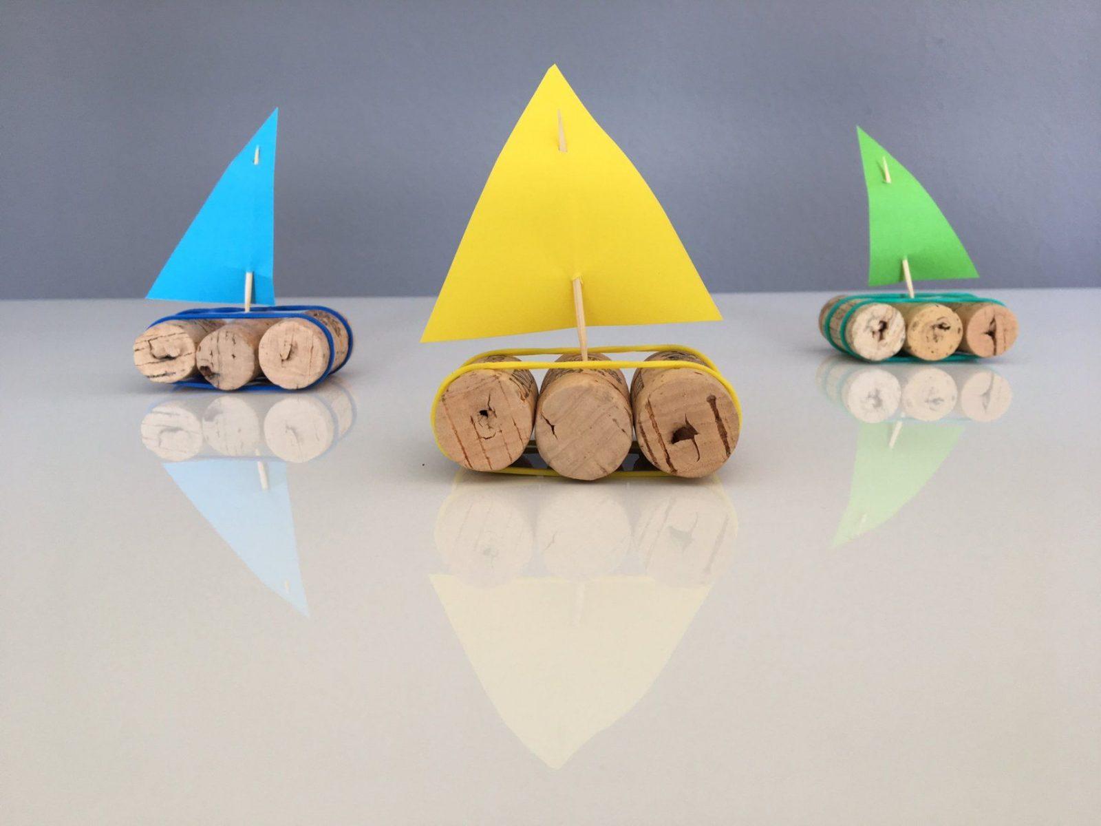 Ein Korkschiff Basteln  Babymarkt Ratgeber von Boote Basteln Mit Kindern Bild