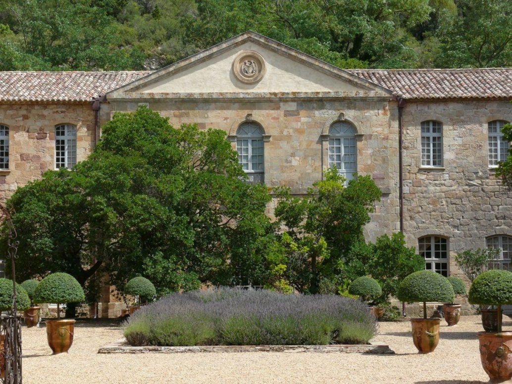Ein Mediterraner Kiesgarten  Südfranzösisches Flair Im Garten von Mediterraner Garten Mit Kies Photo