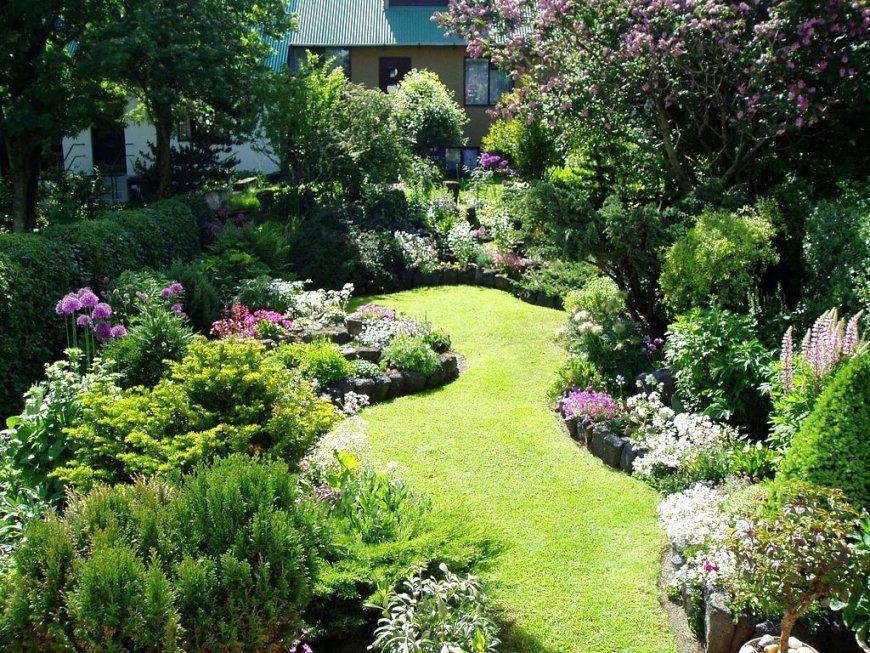 Enchanting Grass Pathway In Small Garden Ideas With Beautiful von Kleine Gärten Gestalten Praktische Lösungen Bild