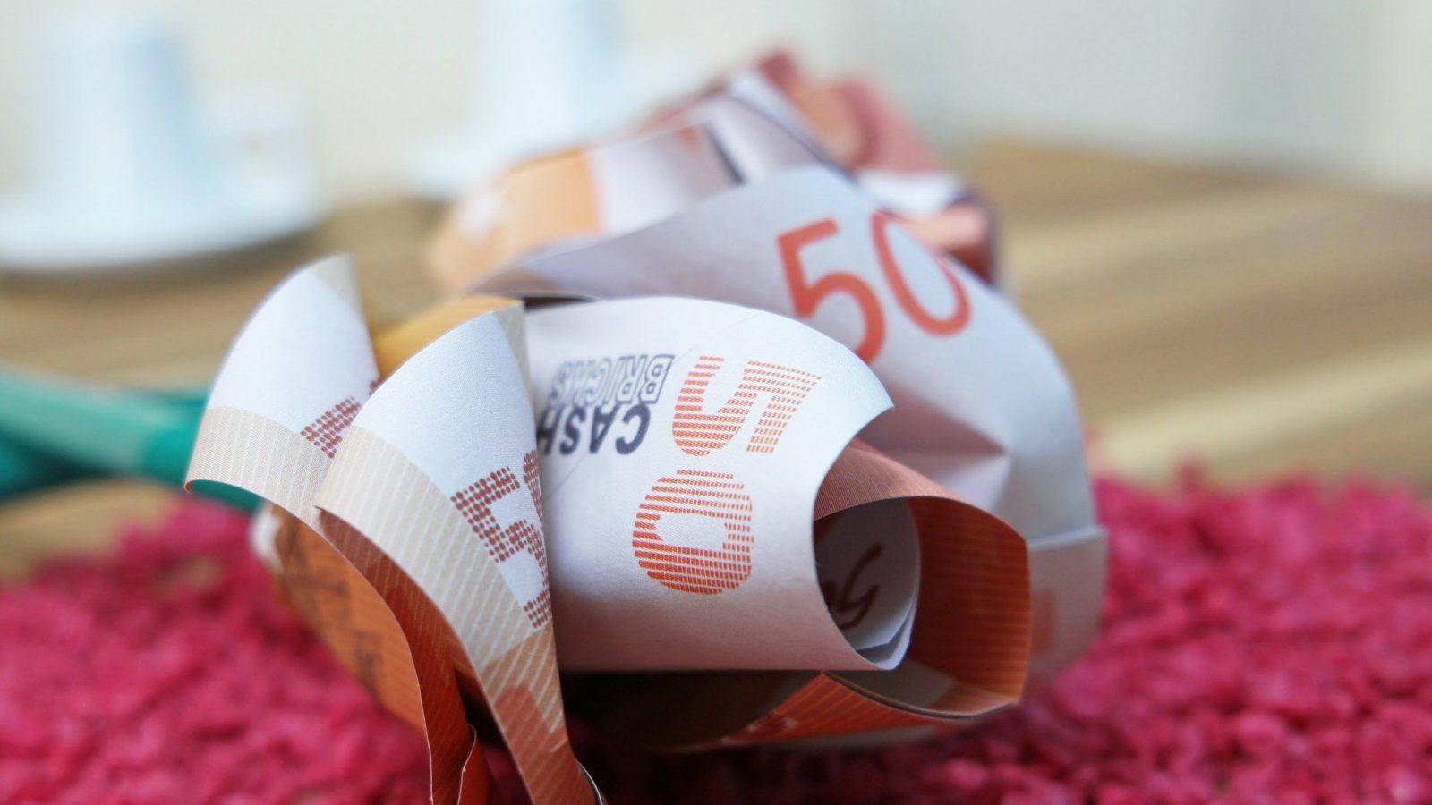 Geldscheine Falten Rose 🌹 Blume Aus Geld Falten Anleitung  Youtube von Origami Rose Geldschein Anleitung Bild