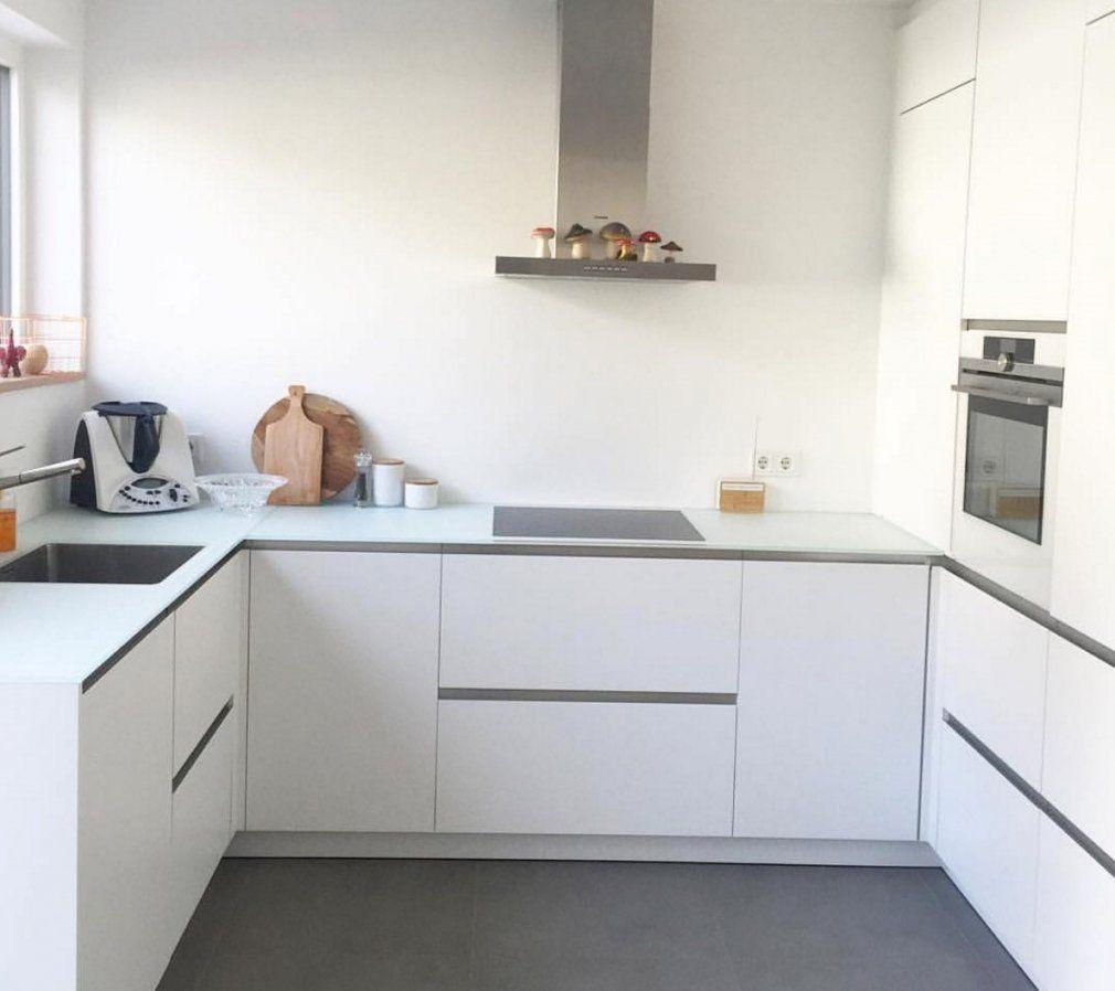 Gemütlich Weisse Küche Mit Dunkler Arbeitsplatte Entwurf Hohe von Weisse Küche Dunkler Boden Photo