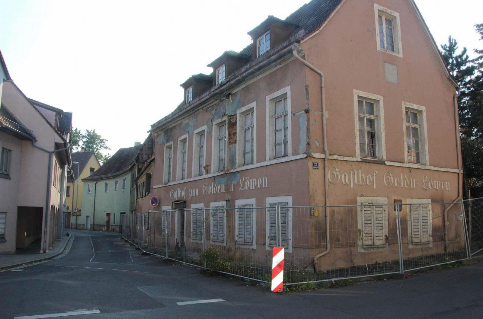 Goldener Löwe Bald Blickfang Statt Schandfleck von Gasthof Goldener Löwe Bayreuth Photo