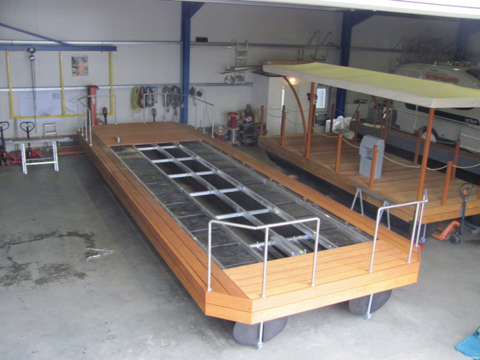 hausboote pontonschwimmkörper und wasserfahrzeuge wohnen auf dem von