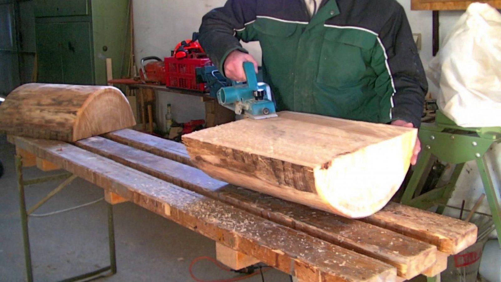 Herstellung Von Massiven Gartenbänken  Youtube von Rustikale Holzbank Selber Bauen Bild