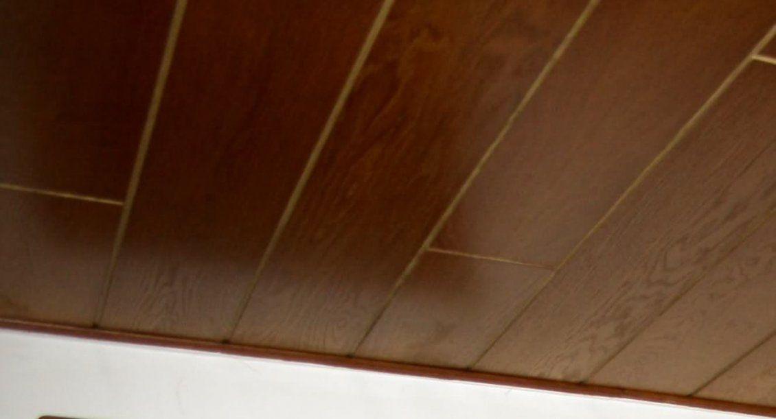 Dunkle Holzdecke Weiß Streichen