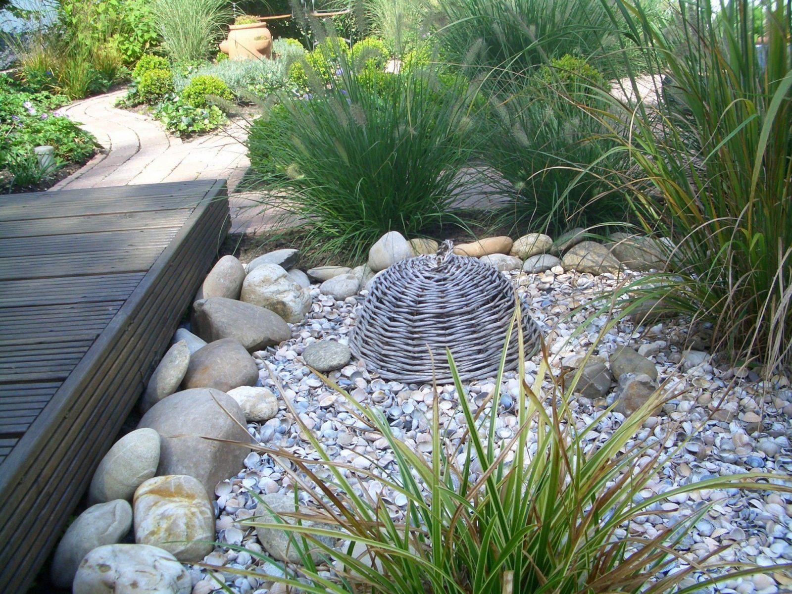 Holzsteg Muscheln Steine U Gräser Im Einklang  Bilder Und Fotos von Gartengestaltung Mit Steinen Und Gräsern Photo