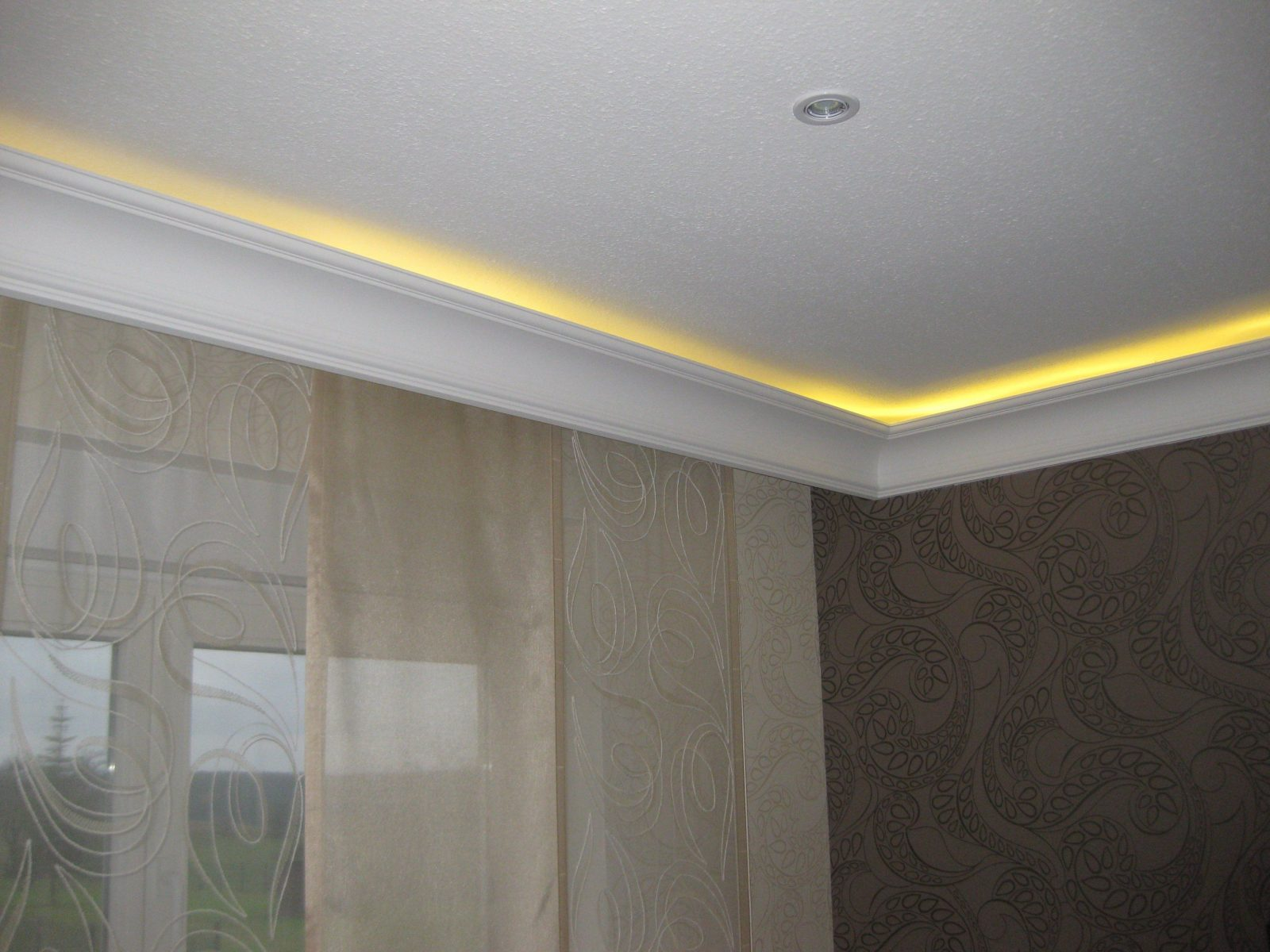stuck mit indirekter beleuchtung haus design ideen. Black Bedroom Furniture Sets. Home Design Ideas
