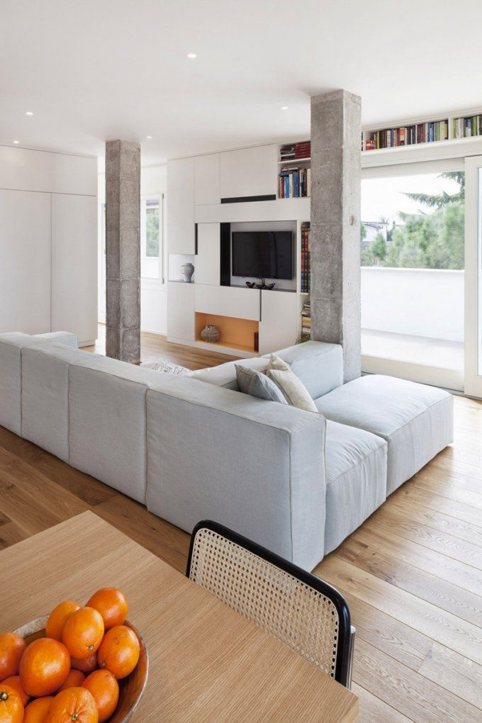 Italienisches Penthouse Mit Blockförmigen Säulen von Säule Im Wohnzimmer Gestalten Bild