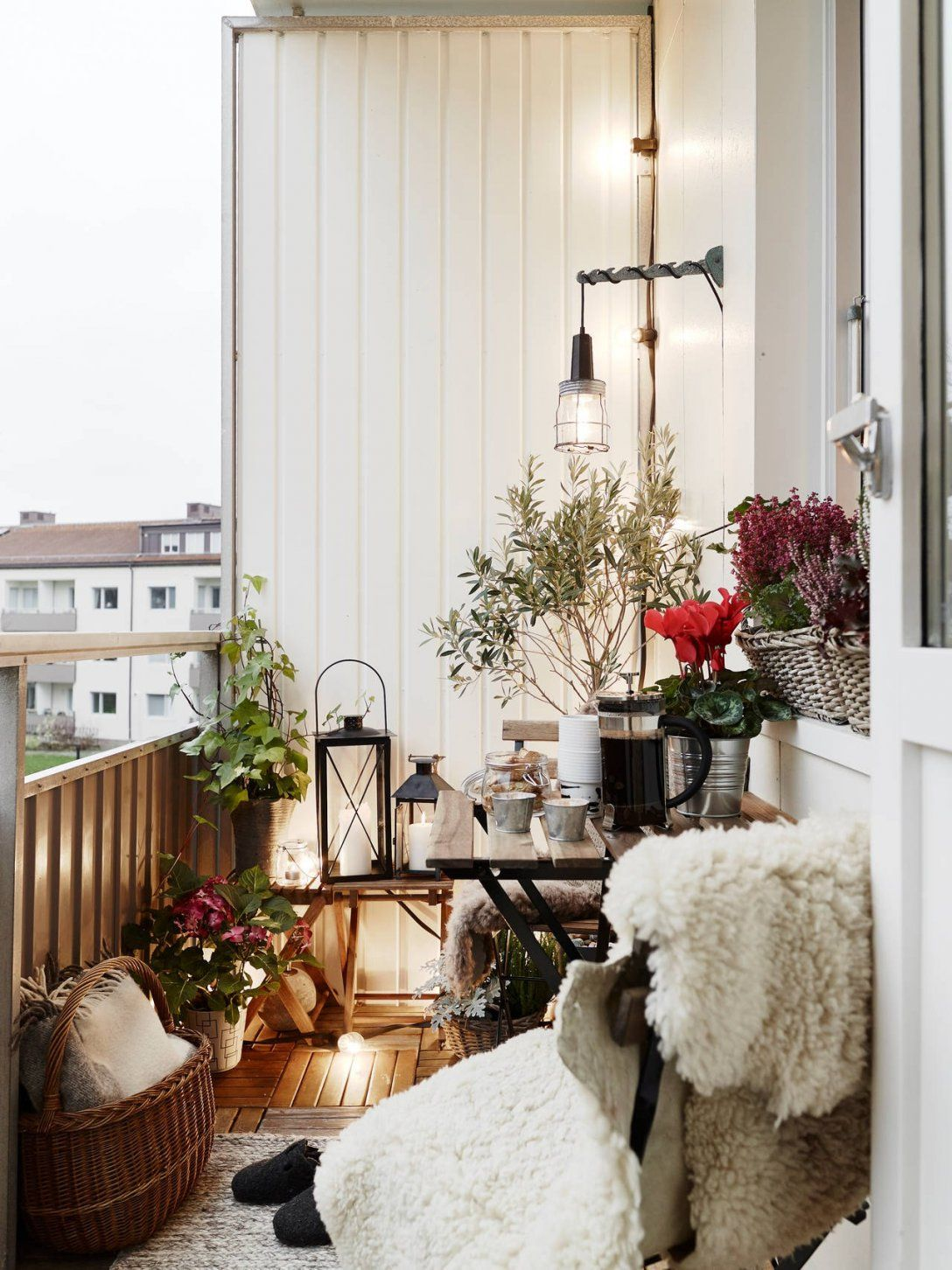 Kleinen Balkon Gestalten Einzigartig Gemütlicher Balkon Mit Fell Und von Kleinen Balkon Gemütlich Gestalten Bild